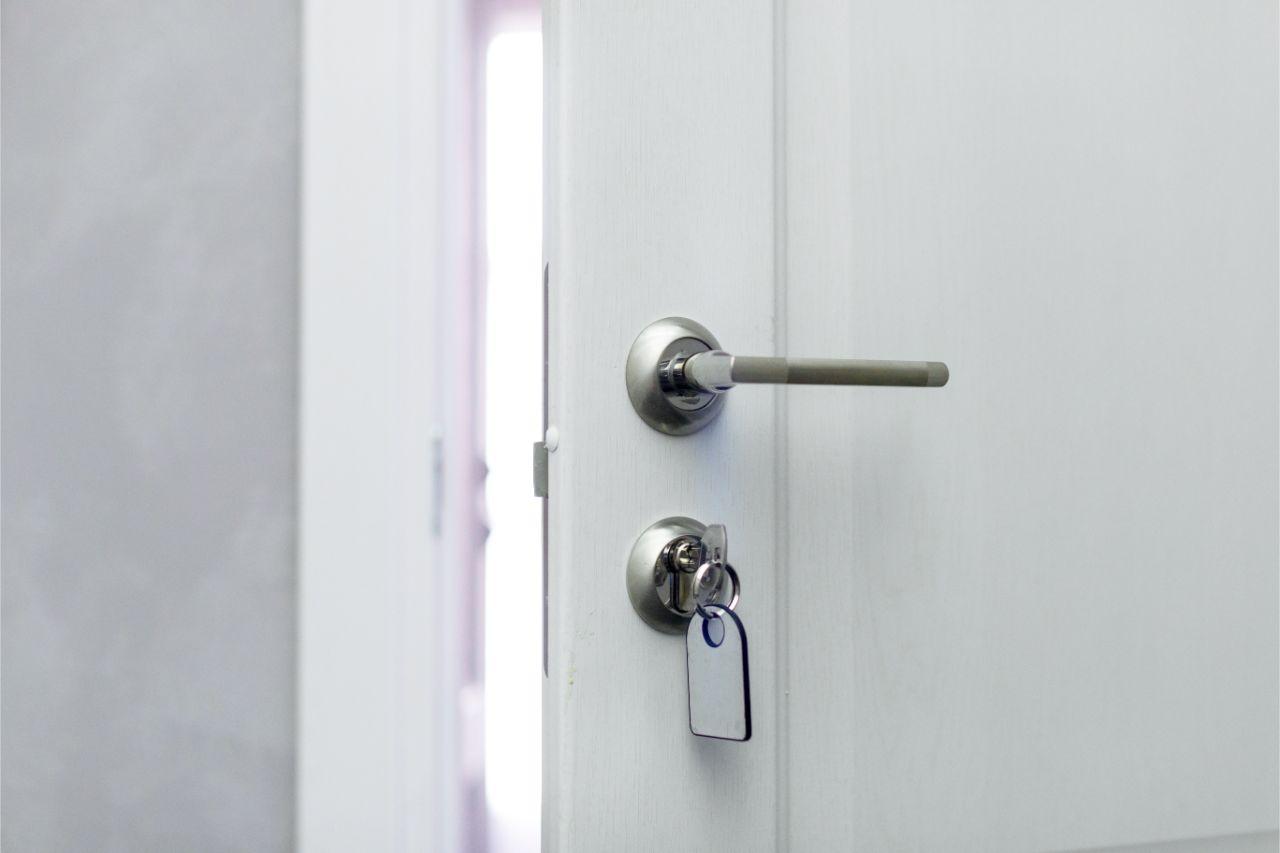 Offene Tür mit Schlüssel im Schlüsselloch